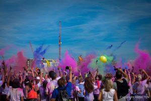 renginio-metu-fotografuota-visi-meta-i-virsu-spalvotus-miltelius-spalvota-nuotrauka-is-renginio