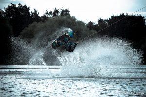 vandenlenciu-parke-sportininkas-daro-persivertima