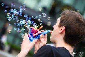 vyksta-burbuliatorius-jaunuolis-su-dudelia-pucia-muilo-burbulus