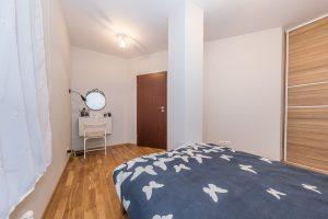 interjero-fotografas-fotografuoja-nekilnojama-turta-nekilnojamo-turto-fotosesijos-miegamasis-kambarys-su-dvigule-lova-kambaryje-matoma-kolona