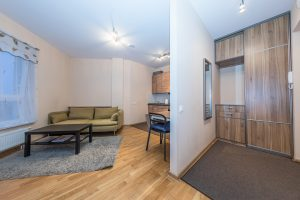 namu-kotedzu-butu-viesbuciu-interjero-fotografavimas-koridorius-atskirtas-nuo-virtuves-plona-pertvara