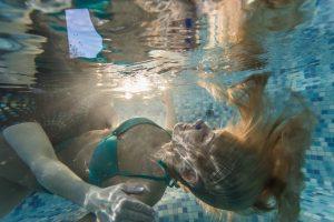 fotografai-pajuryje-fotografavimo-po-vandeniu-paslaugos-mergina-po-vandeniu
