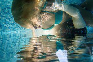 fotografavimo-paslaugos-palangoje-fotografuoja-po-vandeniu-fotosesijos-baseine
