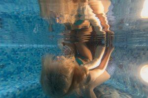 fotografuoja-po-vandeniu-vandens-procedura-mergina-po-vandeniu