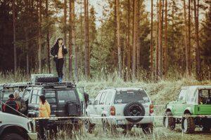 reginiu-foto-servisas-filmuojame-renginius-mergina-stovi-ant-visureigio-stogo
