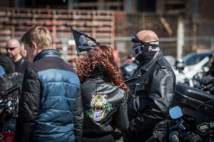 f360-lt-laisvai-samdomas-renginiu-fotografas-baikeriai-stovi-prie-motociklu