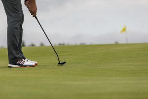 fotografai-fotografuojantis-ivairius-sporto-renginius-reportaziniu-stiliumo-golfo-zaidejas-muza-kamuoli