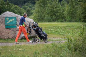 fotografai-renginiams-fotografuoja-asmenines-sventes-golfo-turnyras-zaidejas-stumia-krepsi-su-lazdomis