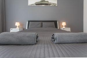 fotografuoja-interjera-klaipedoje-viesbuciu-nuotraukos-ranksluosciai-padeti-ant-lovos