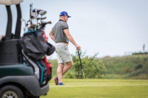 renginiu-fotografavimas-sporto-renginius-fotografuoja-golfo-cartas-bei-golfo-zaidejas-pasiremes-golfo-lazda